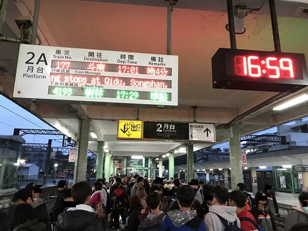 自強に乗って台北駅へ