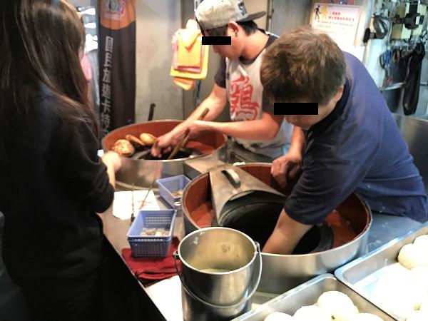 壺型の窯で焼く