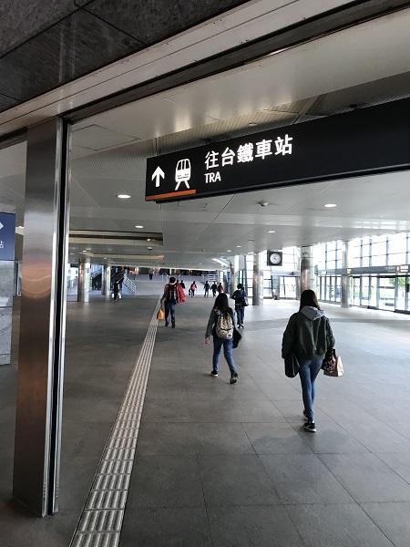 直結する台湾鉄道の新烏日駅に向かう