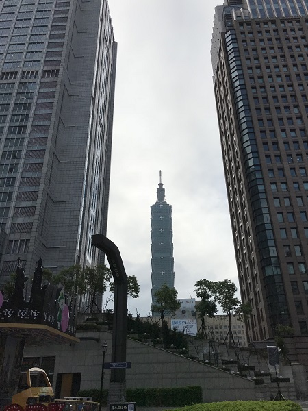 ビルの谷間に見える台北101