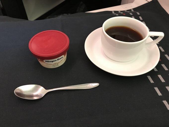 JL827機内食アイスとコーヒー