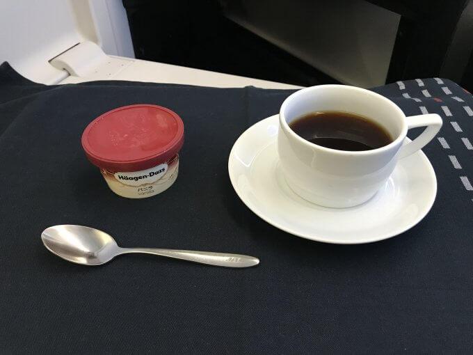 JL828機内食アイスとコーヒー