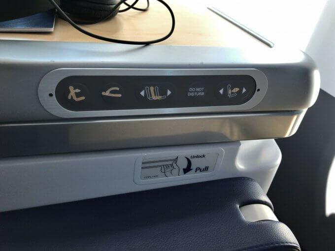 座席調整スイッチとテーブル