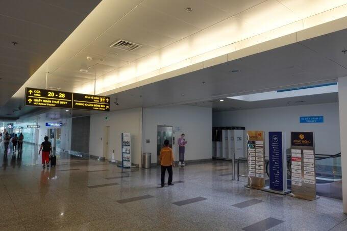 ゲート28付近のエスカレーターでSONG HONGビジネスラウンジがある4階に上がる