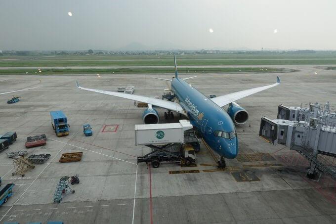 SONG HONGビジネスラウンジから見たベトナム航空A350の写真