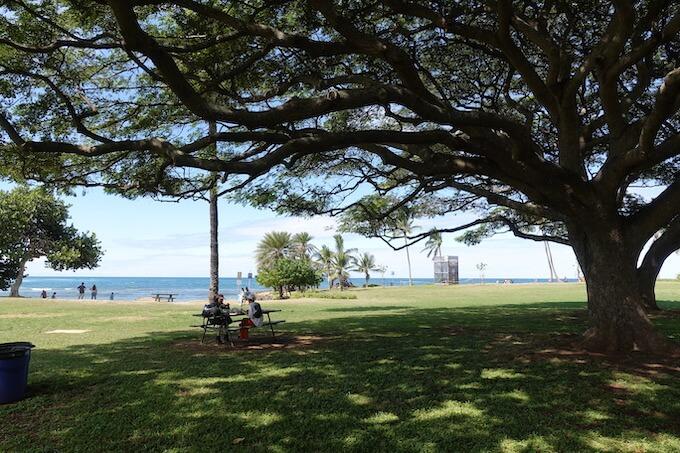 ハレイワ・アリイ・ビーチ・パークの木陰でランチピクニックをしている様子