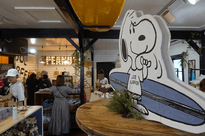 ハレイワのスヌーピーズ・サーフショップの店内の様子