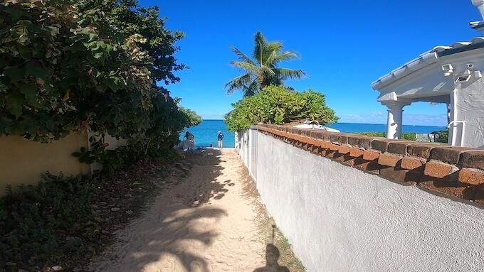 ラニカイビーチへの路地