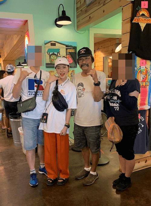 ハレイワのマツモトシェーブアイスの店主マツモト氏と記念撮影