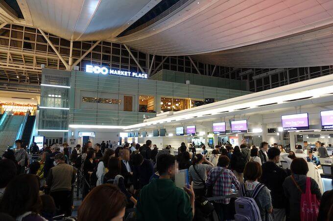 羽田空港のハワイアン航空チェックインカウンターにできた行列