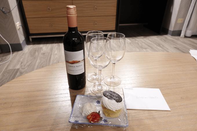 シェラトン・プリンセス・カイウラニでプレゼントされたワインとケーキ