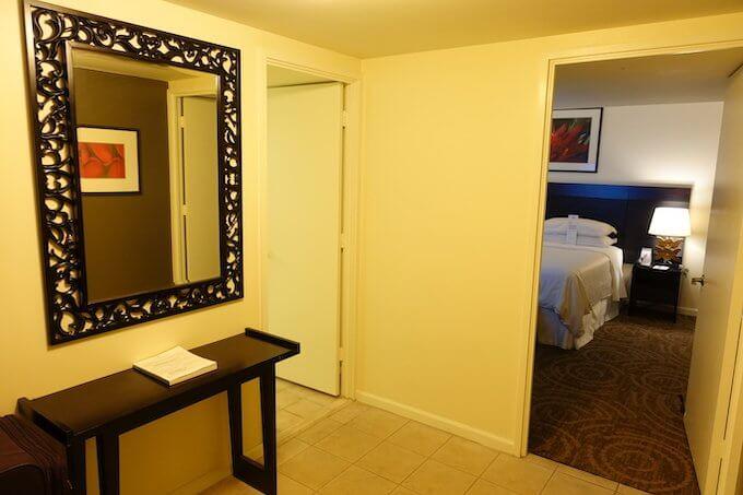 シェラトン・ワイキキのマリア・オーシャンフロント・スイートの主寝室の入り口