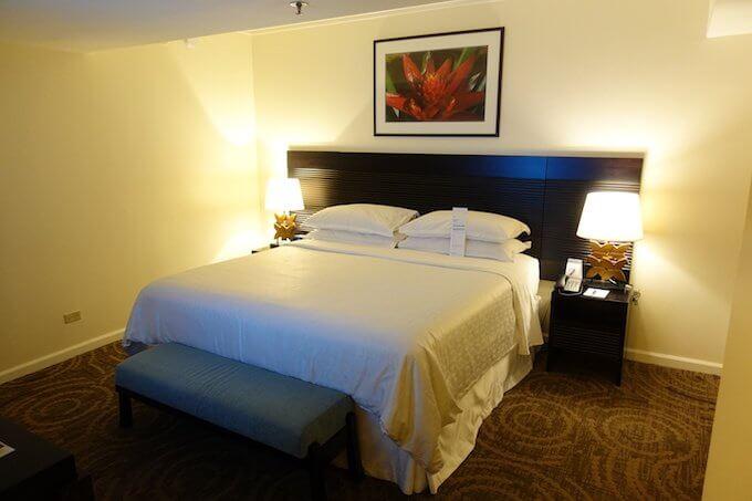 シェラトン・ワイキキのマリア・オーシャンフロント・スイートの主寝室のベッド