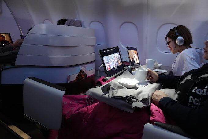ハワイアン航空ビジネスクラスの機内でくつろぐ様子
