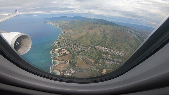 飛行機の窓から見えるオアフ島