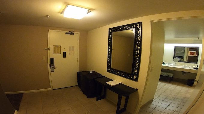 シェラトン・ワイキキのマリア・オーシャンフロント・スイートのバスルームの入り口
