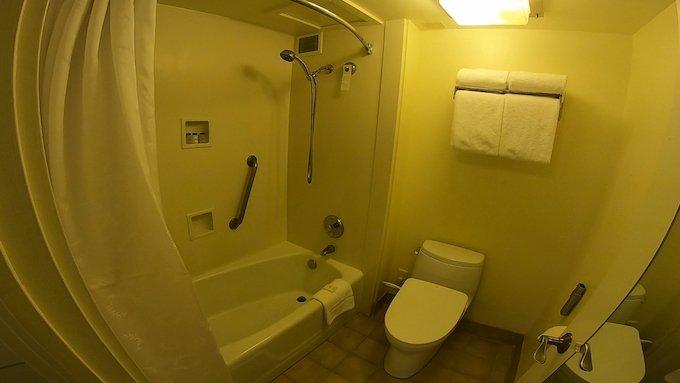 シェラトン・ワイキキのマリア・オーシャンフロント・スイートのお風呂とトイレ