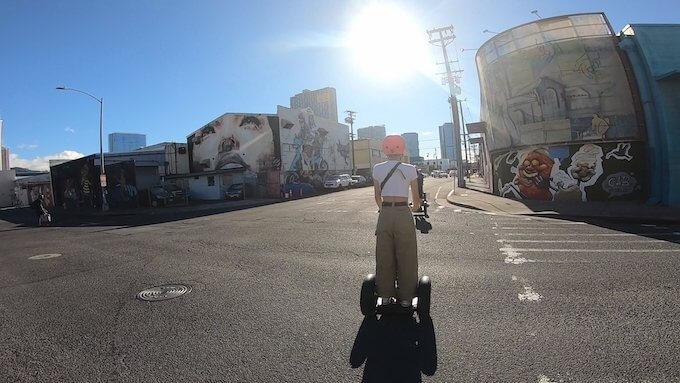 セグウェイでカカアコの街を走行する様子