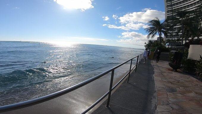 シェラトン・ワイキキの前に広がる海の写真