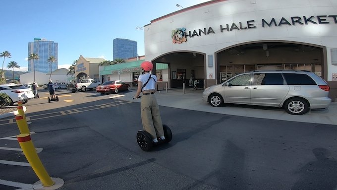 セグウェイでHANA HALE MARKETの駐車場を走る様子