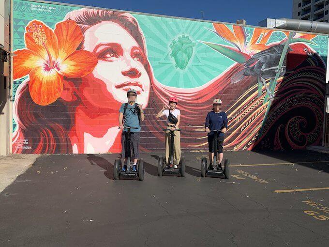 セグウェイに乗ってカカアコの女性のウォールアートで記念撮影